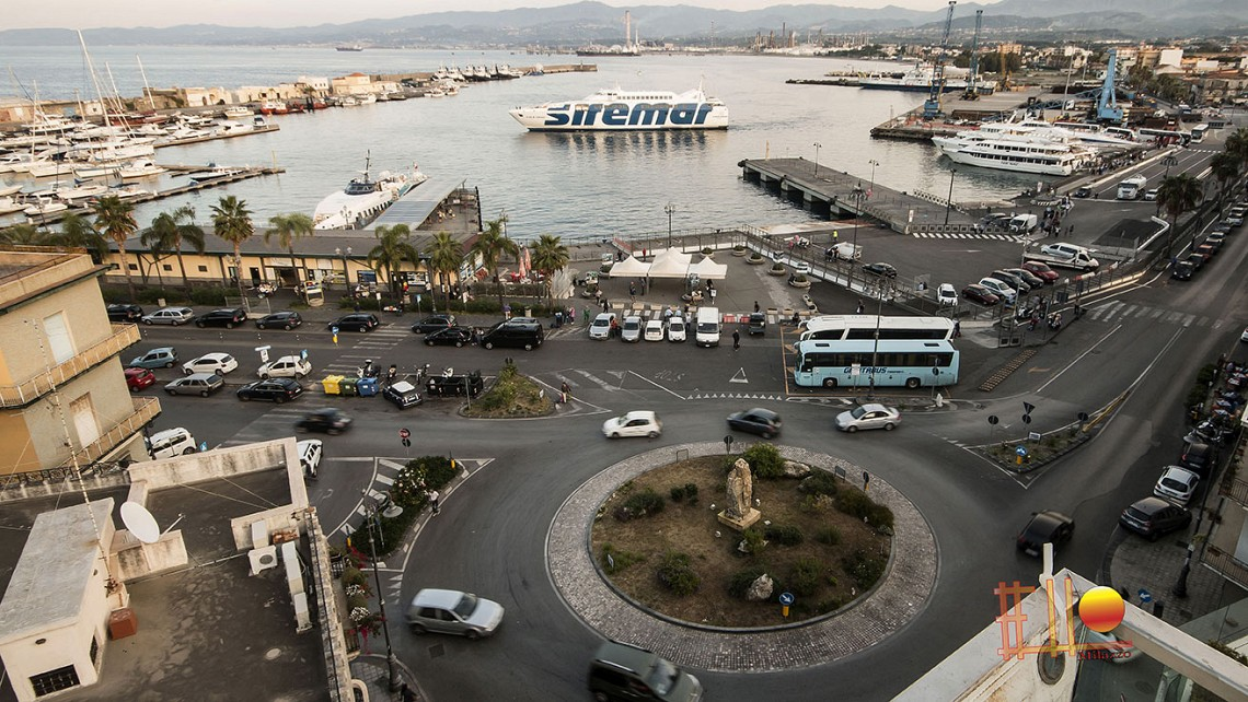 Rakelhome - Vista del porto di Milazzo e dell'imbarco per le Isole Eolie dalle nostre camere